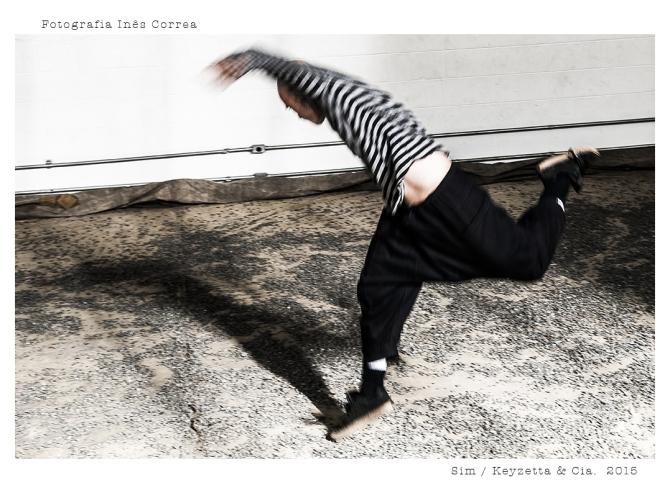 """""""SIM"""" é o novo trabalho da key zetta e cia., que estreia em temporada de 2 a 12 de julho, na Sala Paissandu do Centro de Dança Umberto da Silva – Galeria Olido. O título faz referência direta ao aforismo """"276 – Para o Ano-Novo"""", do filósofo alemão Friedrich Nietzsche (Gaia Ciência – 1882/87). A entrada é gratuita. A peça, que completa a trilogia iniciada com as duas criações anteriores – """"Propulsão o que faz viver – sem título"""" (2012), e """"Propulsão: o que faz viver – seguinte"""" (prêmio APCA/2013) –, propõe """"celebrar"""" uma atitude no corpo e no pensamento de aceitação ativa em relação à própria vida e aos acontecimentos e encontros que se dão; refere-se a um corpo que não espera encontrar algo pronto, mas que, ao adentrar na duração, no tempo, cria sínteses produtoras de corpo. """"O núcleo, em sua pesquisa, tem considerado essa ideia """"movente"""" e geradora de movimento muito fina e de sutil, porém, potente força"""", pontua Key Sawao, diretora da companhia em parceria com Ricardo Iazzetta. """"SIM"""" surge do cruzamento entre o encontro do núcleo com o dançarino japonês radicado em Nova Iorque, Kota Yamazaki, e o aprofundamento das investigações sobre as ideias dos filósofos Henri Bergson (especialmente o livro """"O pensamento e o movente"""") e Niestzsche, continuamente provocadas e mediadas pelo filósofo Luiz Fuganti (Escola Nômade de Filosofia). """"Com Yamazaki, foi possível experimentar no corpo o fluxo de movimento (fluid body), onde as mudanças dos corpos acontecem no próprio fluxo. No diálogo com Fuganti apareceu o conceito do """"corpo como extensão do movimento"""", que escolhemos como ponto de partida e verticalização de nossas investigações neste período de pesquisa"""", aponta Ricardo Iazzetta. Se, em período anterior, o núcleo se interessou por questões acerca do homem em reflexões sobre finitude e continuidade, solidão inerente, bem como por adaptações motivadas por ob"""